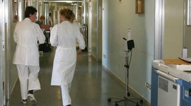 ospedale_corsia_camici_bianchi_infermieri_medici.jpg