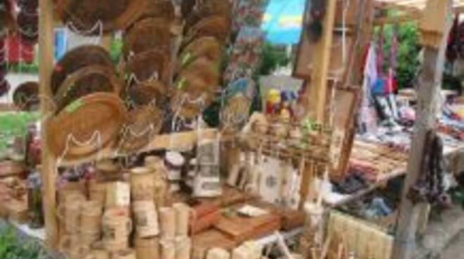 2807199-mercato-delle-pulci-stand-con-artigianato-tradizionale-del-legno--Archivio-Fotografico.jpg