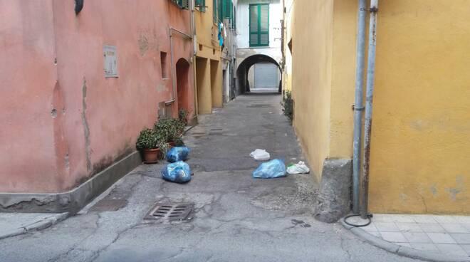 rifiuti_via_firenze_castelfranco.jpg
