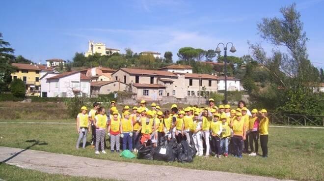 Gli_studenti_puliscono_i_giardini_di_Piazza_Giani_a_Ponte_a_Cappiano.JPG
