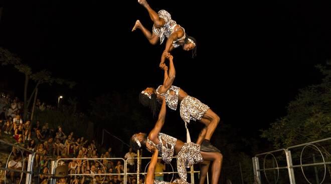 ASANTE_KENYA_-_Acrobatic_Show_-_Foto_di_Laura_Mura.jpg
