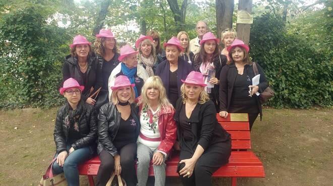 donne_sulla_panchina_di_vanessa.jpg