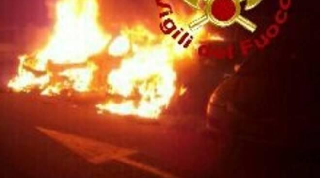 incendio_auto_aeroporto_Pisa.jpg