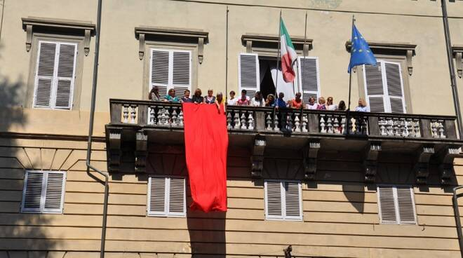 Palazzo_Ducale_-_drappo_rosso.jpg
