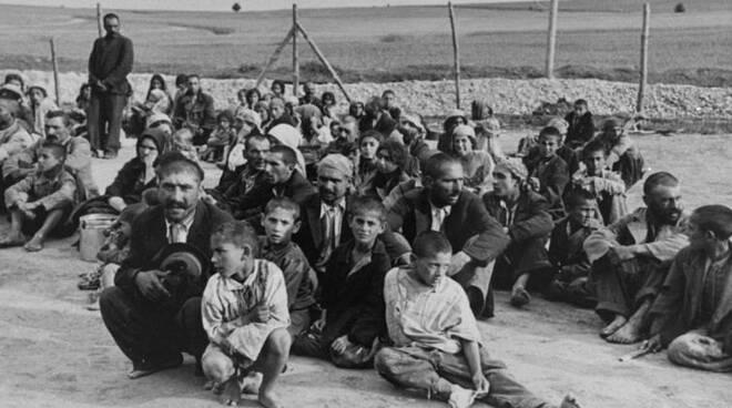 auschwitz-gypsy-prisoners-755x491.jpg