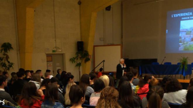 Foto_2_-_Barga_Lucca_-_Scuola_Superiore_-_La_Conferenza.jpg