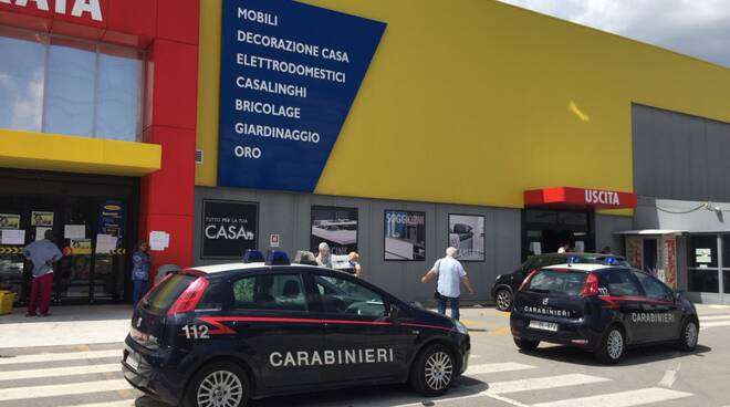 Mobili Porta Tv Mercatone.Caos E Spinte A Mercatone Per Svendita Arrivano Carabinieri