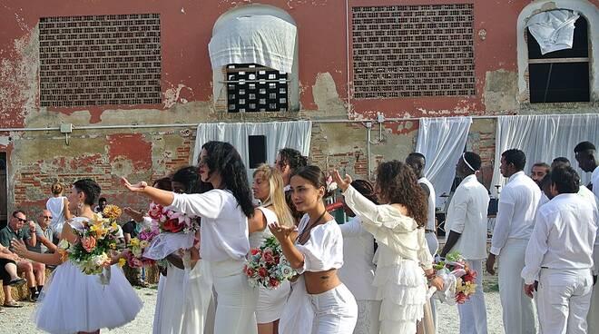 Scena_Tutti_al_Matrimonio_-_Inaugurazione_Officine_Cavane.JPG