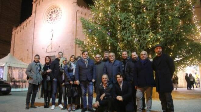 Foto_amministrazione_di_fronte_abete_di_Natale.JPG