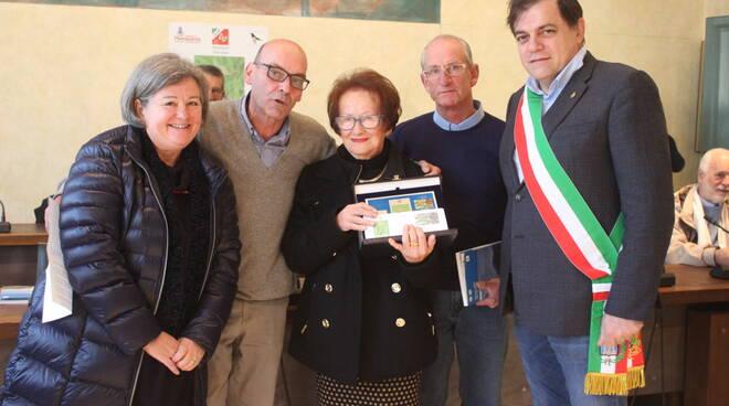 Foto_premiazione_primo_classificato_Milo_Manica_riceve_la_nonna_con_sindaco_e_Uildm.JPG
