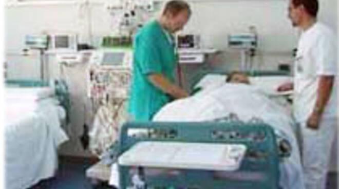 sanita-letto-ospedale-con-2-medici1.jpg