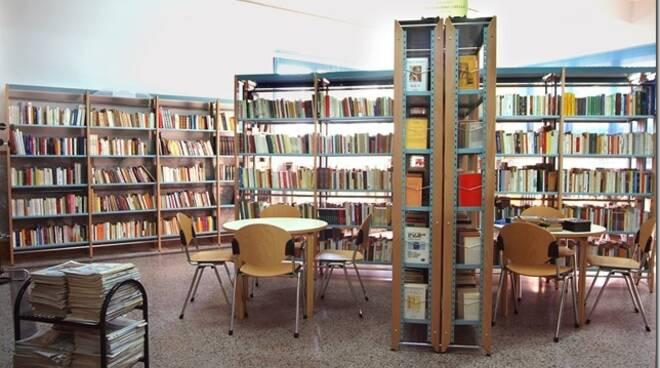 Biblioteca_Comunale_Porcari_Sala_lettura_2adulti2.jpg