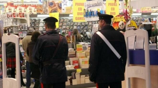 carabinieri_dentro_centro_commerciale.jpg