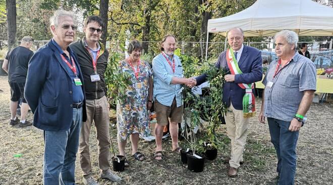 Il_sindaco_riceve_le_piante.jpg