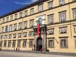 Palazzo_Ducale_con_drappo_rosso_antiviolenza_ago_2016.JPG