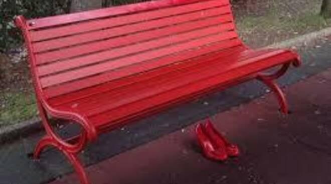 """Violenza contro le donne, inaugurata a Ponte a Moriano la \""""panchina rossa\"""""""