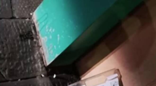 Defibrillatore danneggiato in piazza Santa Maria