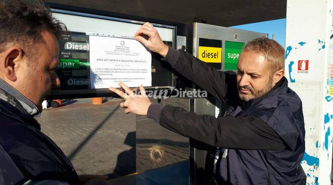 Guardia di finanza mette sigilli a un distributore di carburante benzina sotto sequestro