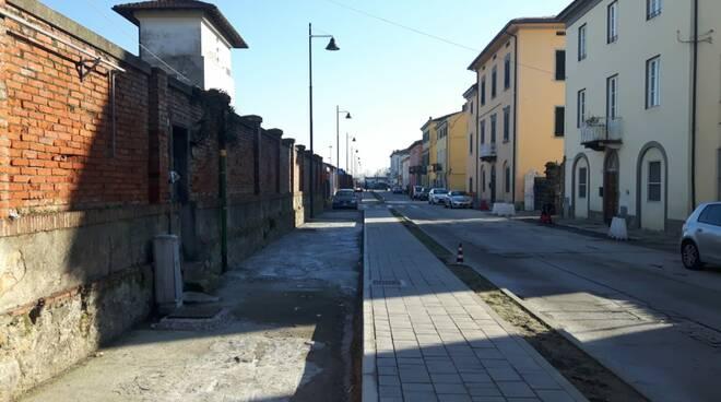 I negozi di via Nottolini soffrono per il cantiere della ciclopista