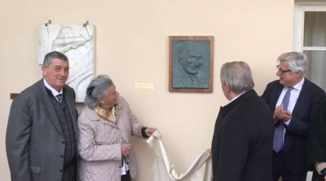 Il bassorilievo di Giurlani inaugurato da Franco Mungai, Anna Giurlani, Arnaldo Terreni, Marcello Bertocchini