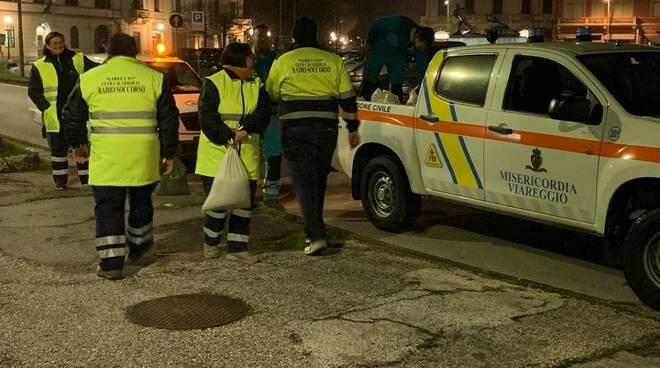 maltempo protezione civile al lavoro a Viareggio