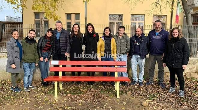 panchina rossa per elisa amato e contro la violenza sulle donne inaugurata a Capanne di Montopoli Valdarno