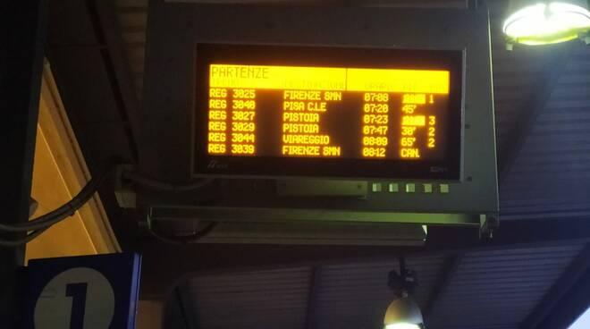 Tabellone treni cancellati ritardo