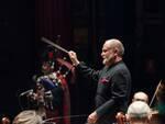Andrea Colombini dirige l'orchestra filarmonica di Lucca