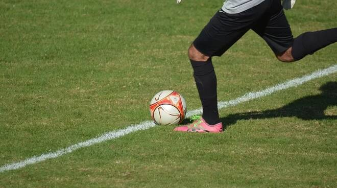 calciatore pallone campo da calcio