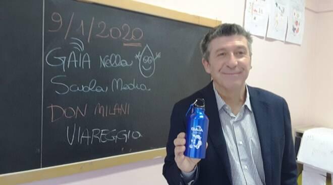 Gaia consegna una borraccia agli studenti della Don Milani di Viareggio