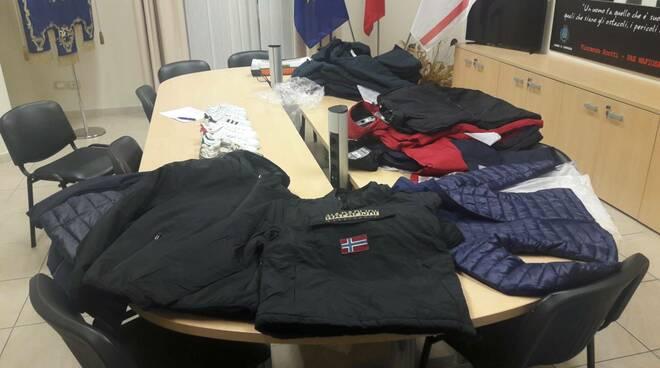 giubbotti e scarpe contraffatte sequestrate dalla polizia locale di pontedera