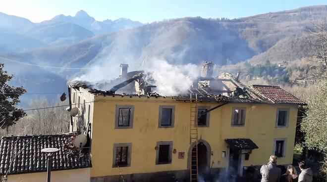 Incendio fa crollare il tetto di un palazzo