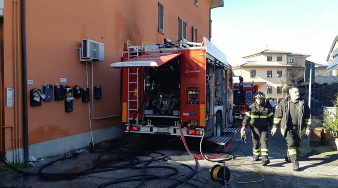 Si dà fuoco e provoca l'incendio della sua abitazione