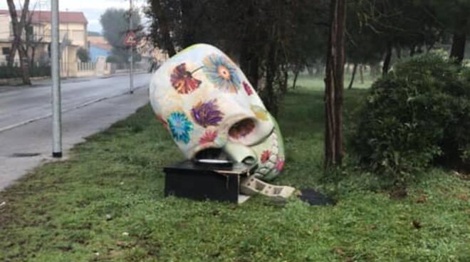 teschio danneggiato Carnevale Viareggio