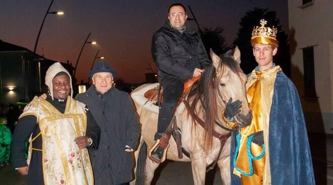 vescovo di san miniato andrea migliavacca arriva a fucecchio a cavallo