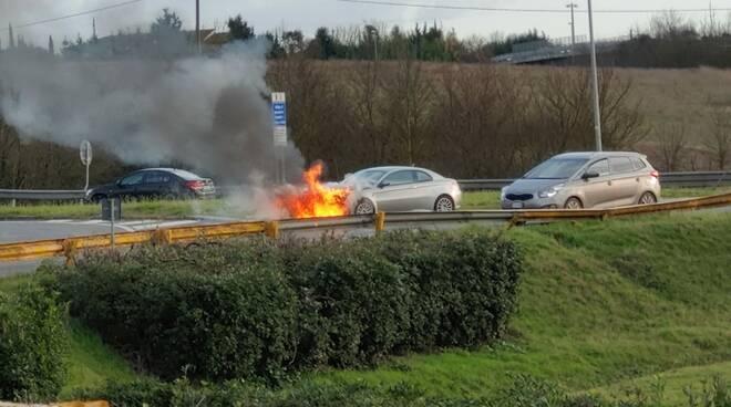 auto in fiamme svincolo FiPiLi Pontedera 16 febbraio 2020