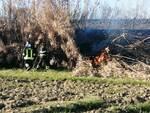 incendio lungo i binari della ferrovia a Casteldelbosco