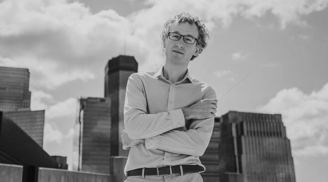 Jonathan Brandani direttore d'orchestra teatro del Giglio
