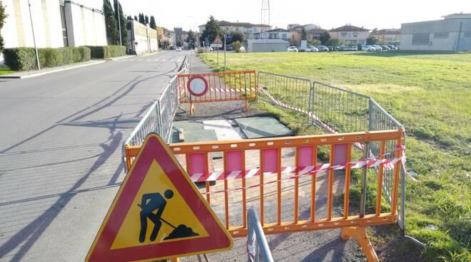marciapiede via usciana davanti al cimitero a Castelfranco di sotto