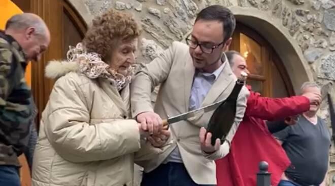 Nonna di 94 anni sciabola prosecco