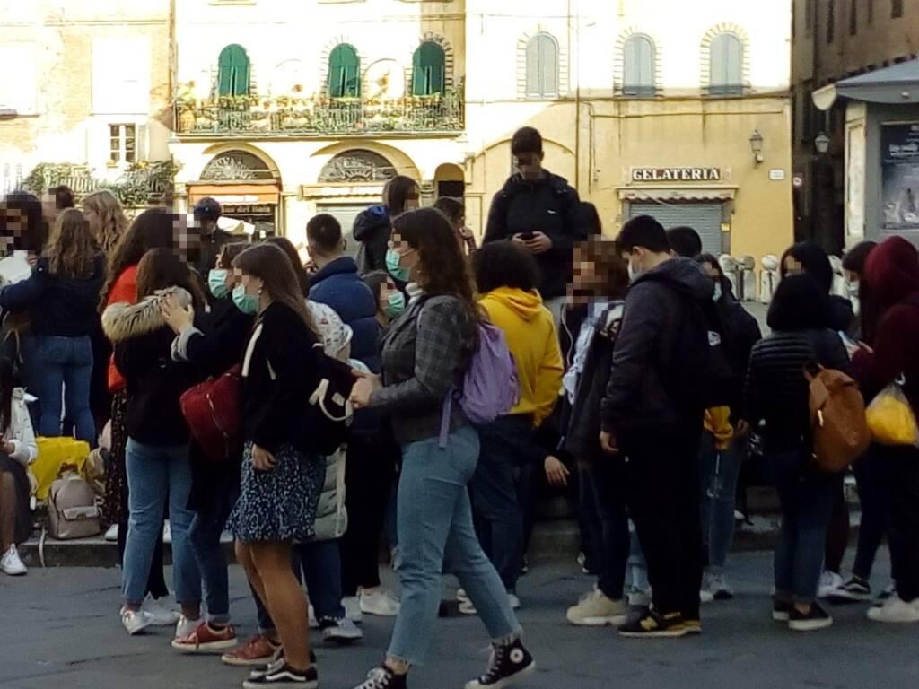 Scolaresca in centro a Lucca con le mascherine