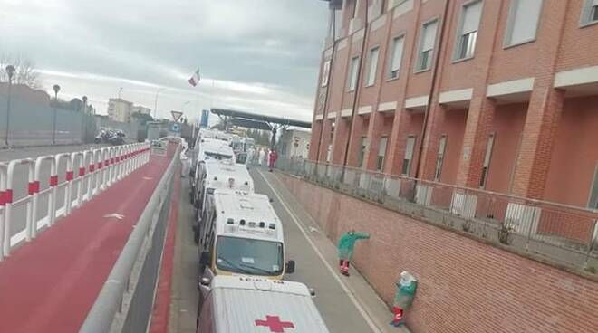 ambulanze in fila coronavirus cisanello pisa