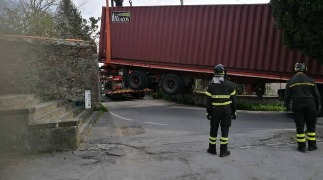 autocarro incastrato viale San Gemignano Ponte a Moriano