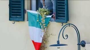 bandiera italiana finestra covid19 lucca
