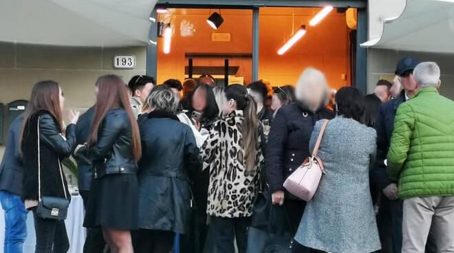 folla locale viale Pacini Lucca