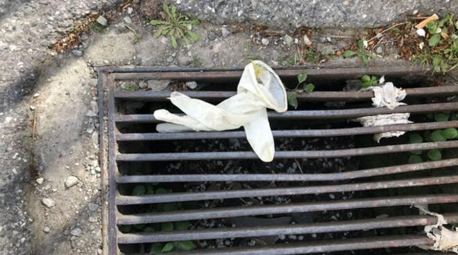 guanti e mascherine gettati accanto alla fontana di via di Sorbano