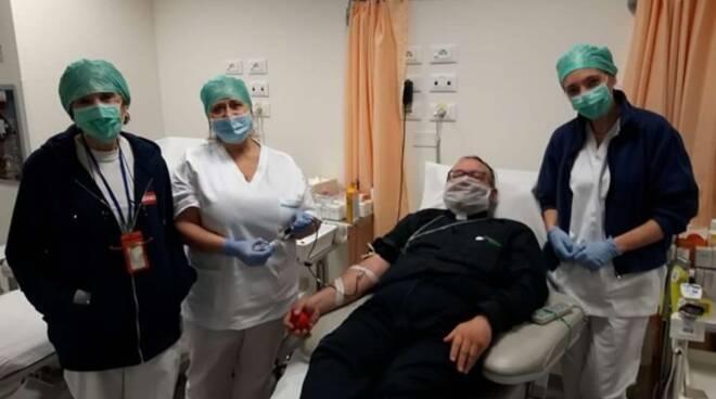 Il vescovo Giulietti dona il sangue