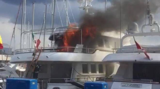 imbarcazione in fiamme