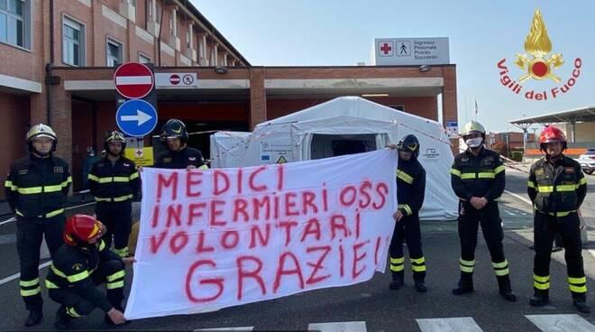 omaggio dei vigili del fuoco a medici e infermieri di cisanello
