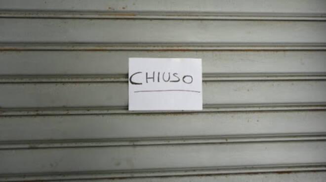 serrande abbassate chiusura negozi Cuoio